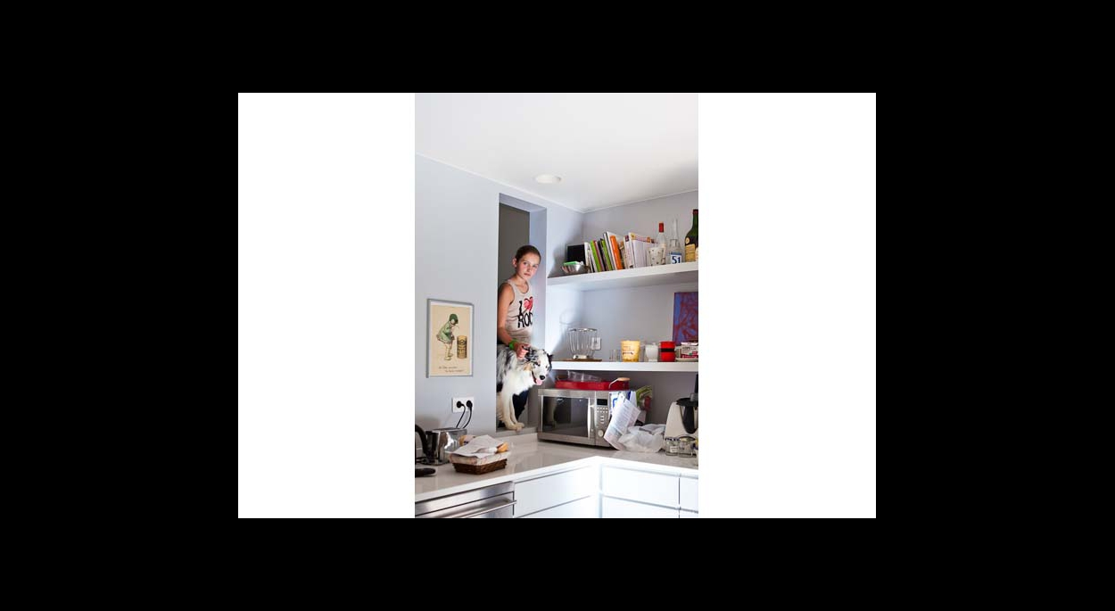 Cuisine contemporaine, ouverture mur, ouverture cuisine, contemporaine, blanc, étagères murale, rangements, faux plafond, spots encastrés, lumière