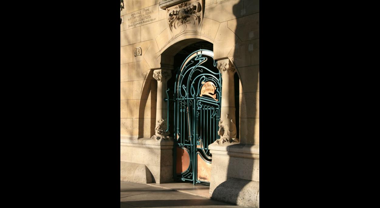 Castel Béranger - Vue du portail avec restitution de la plaque