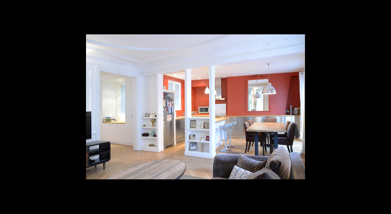 salle a manger, sur cuisine ouverte, mur d'accent, couleur, orange, rouge, cuisine contemporaine, inox, parquet, moulure plafond, rangement mural