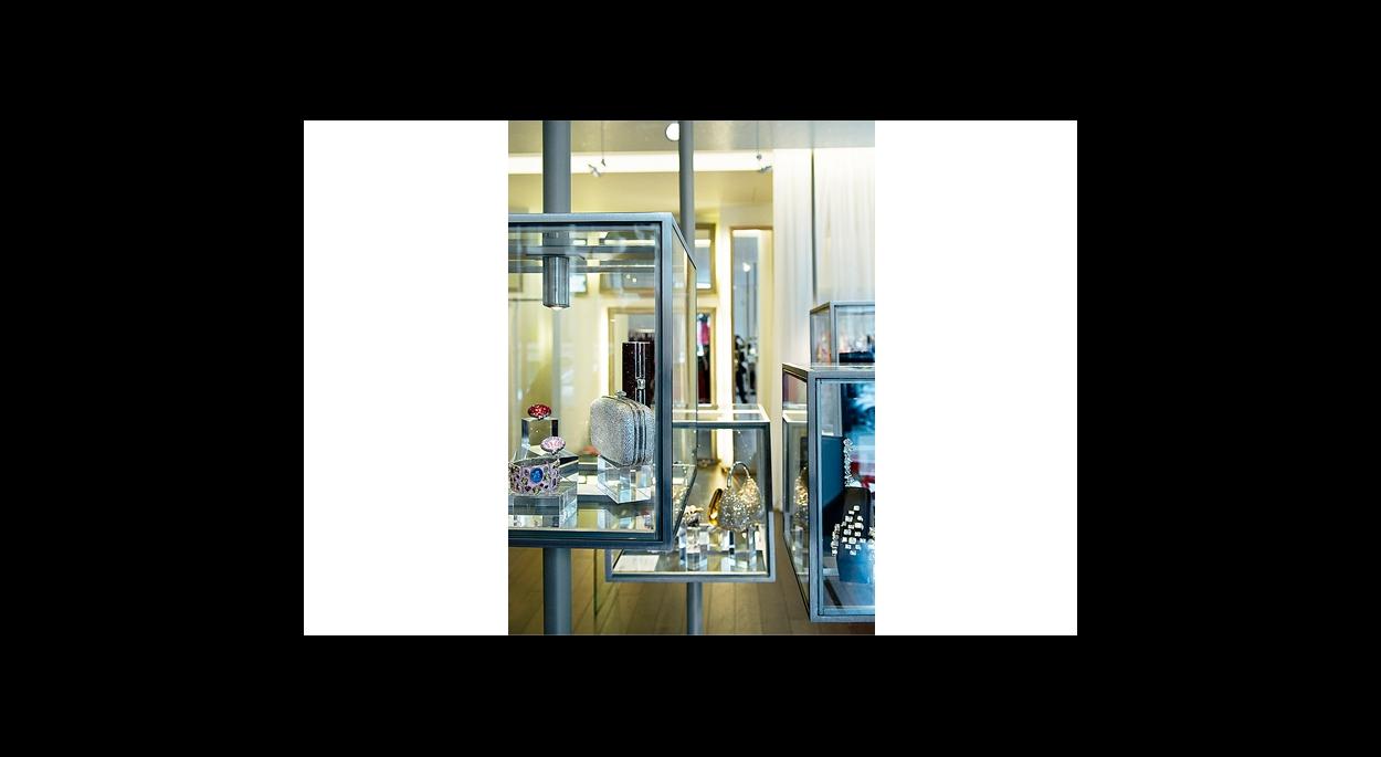 détail des boites vitrine, produit sous verre, éclairage intégré dans la structure en acier