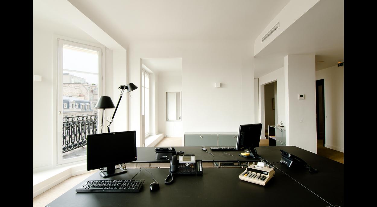 espace de travail, bureaux, office, noir et blanc, fenètre, faux plafond, poutre, coffrage, contemporain