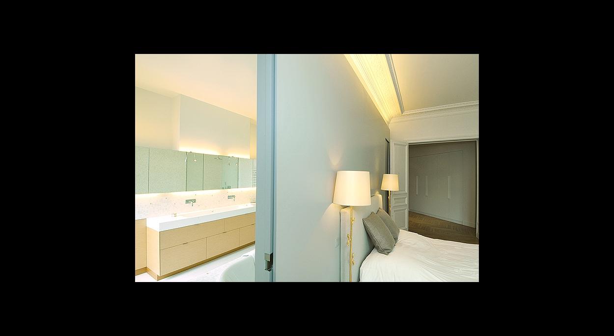 Chambre parent, salle de bain, couleur, bleu, luminaire, lit, miroir, meuble vasque, lumière indirecte, rangement, parquet, carrelage