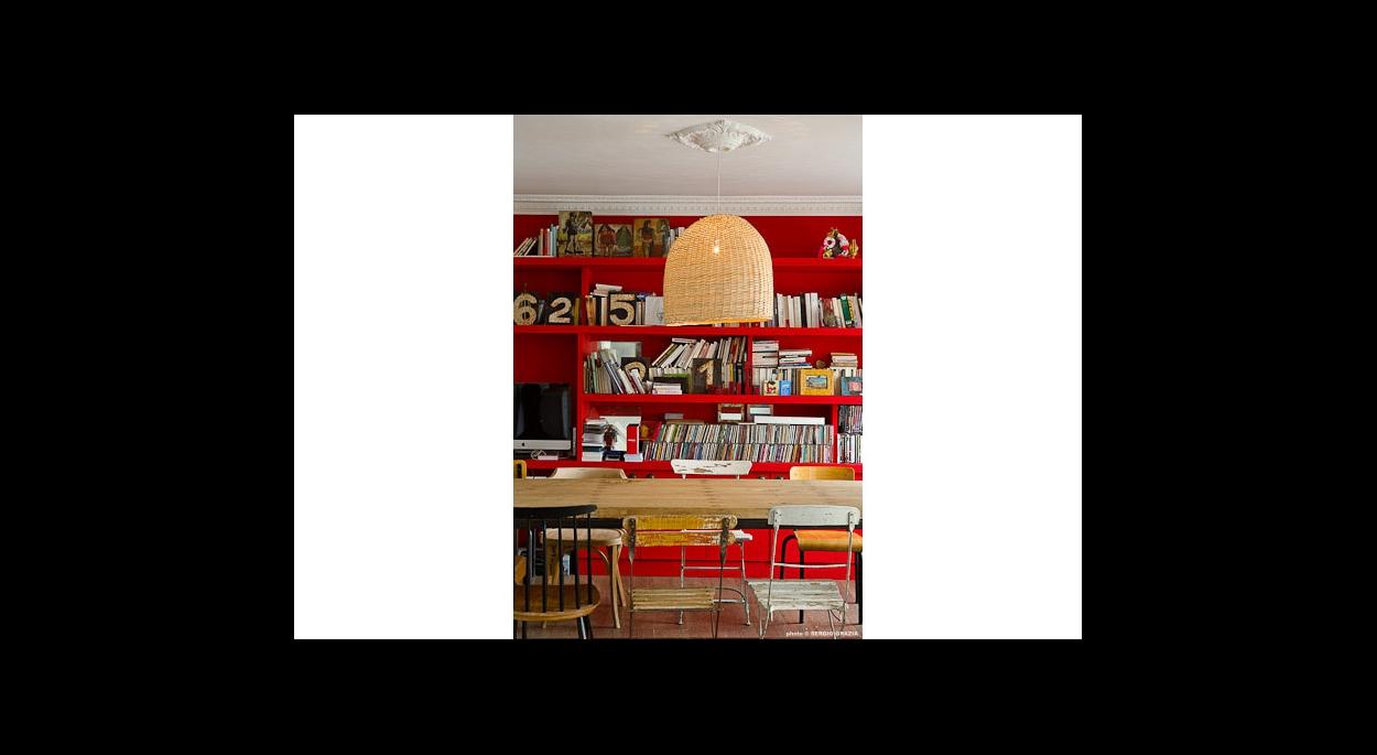 Détail bibliothèque, sur mesure, rangements, étagères murale, mur d'accent, couleur, color, rouge, contraste, moulures, suspension, chaises récupération
