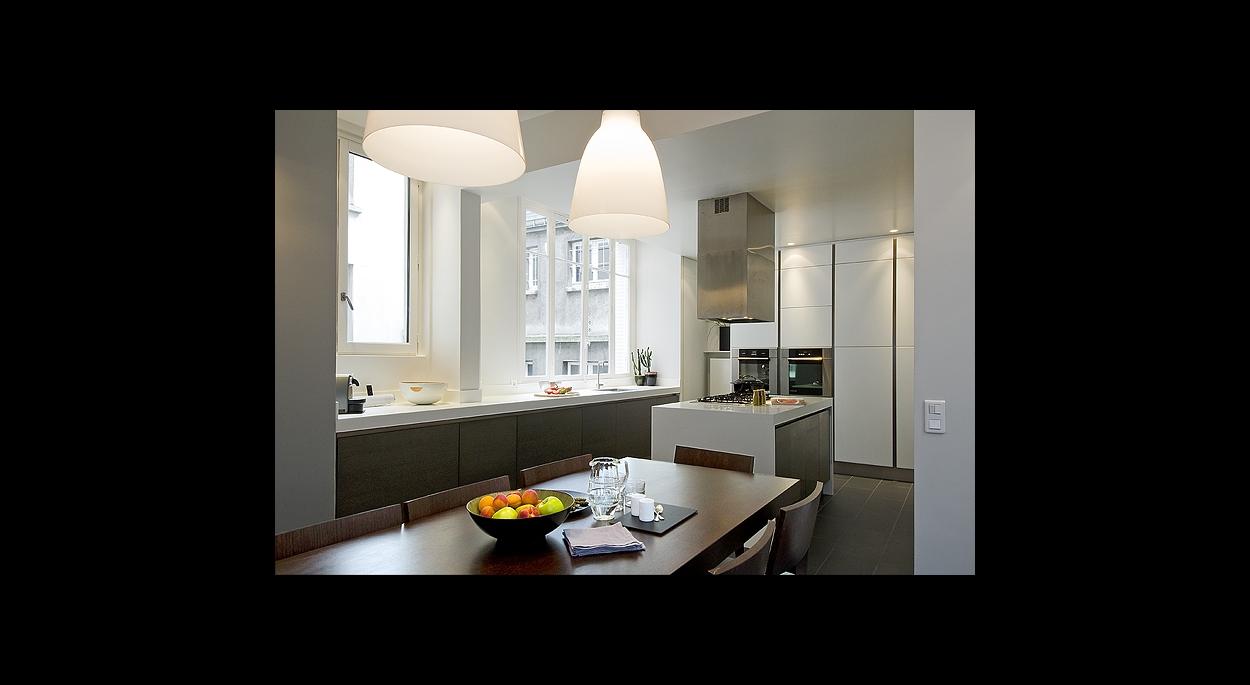 cuisine contemporaine, ouverte, ilôt central, noir et blanc, contraste, fenètre, suspension, sur mesure, rangements