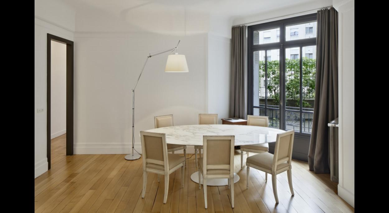 salle à manger, minimaliste, contemporain, ouverture sur l'extérieur, lumière naturelle, blanc, parquet, lumière artificielle