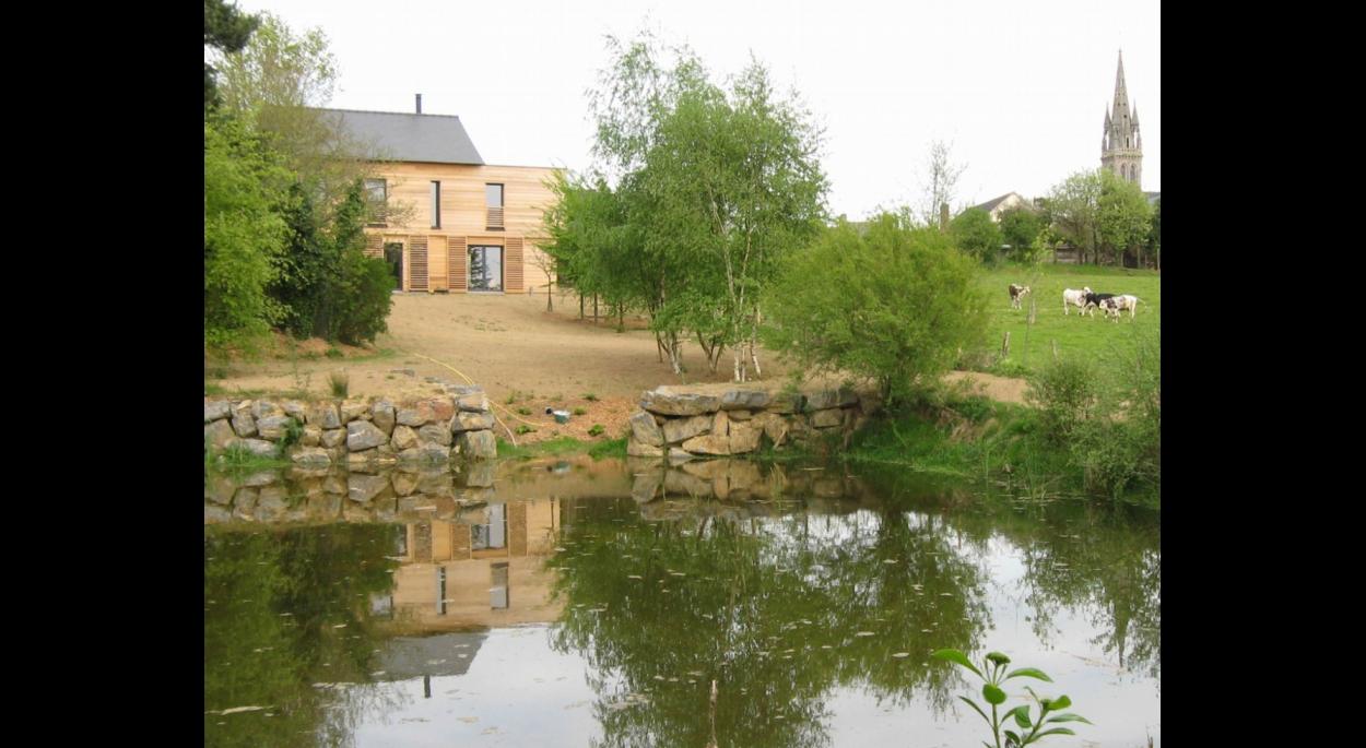 Vue de l'étang : La maison et le bourg