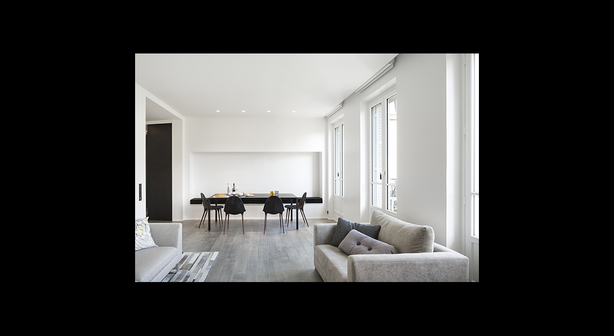 salon sur salle a mangé et entrée, lumière naturelle, faux plafond, spot encastré directionels, contraste noir et blanc, banquette sur mesure, contemporain