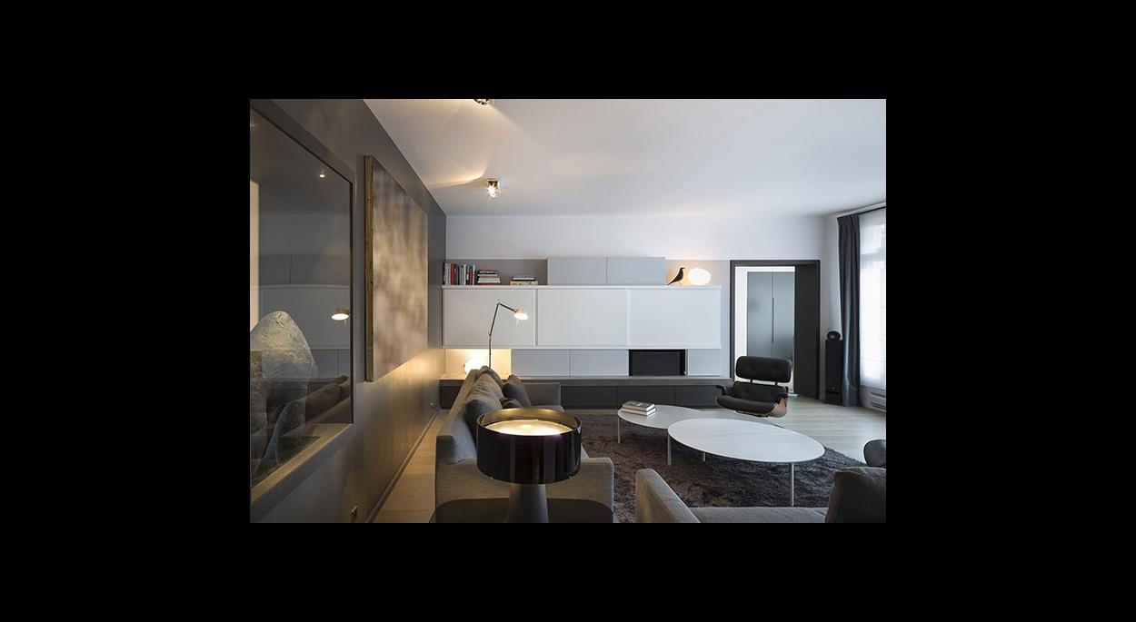 Espace salon, ouverture dans un mur perspective, laissant passer la lumière naturelle, meuble de rangement fermé, banc TV, canapé, méridienne, table basse, éclairage, contemporain, contraste