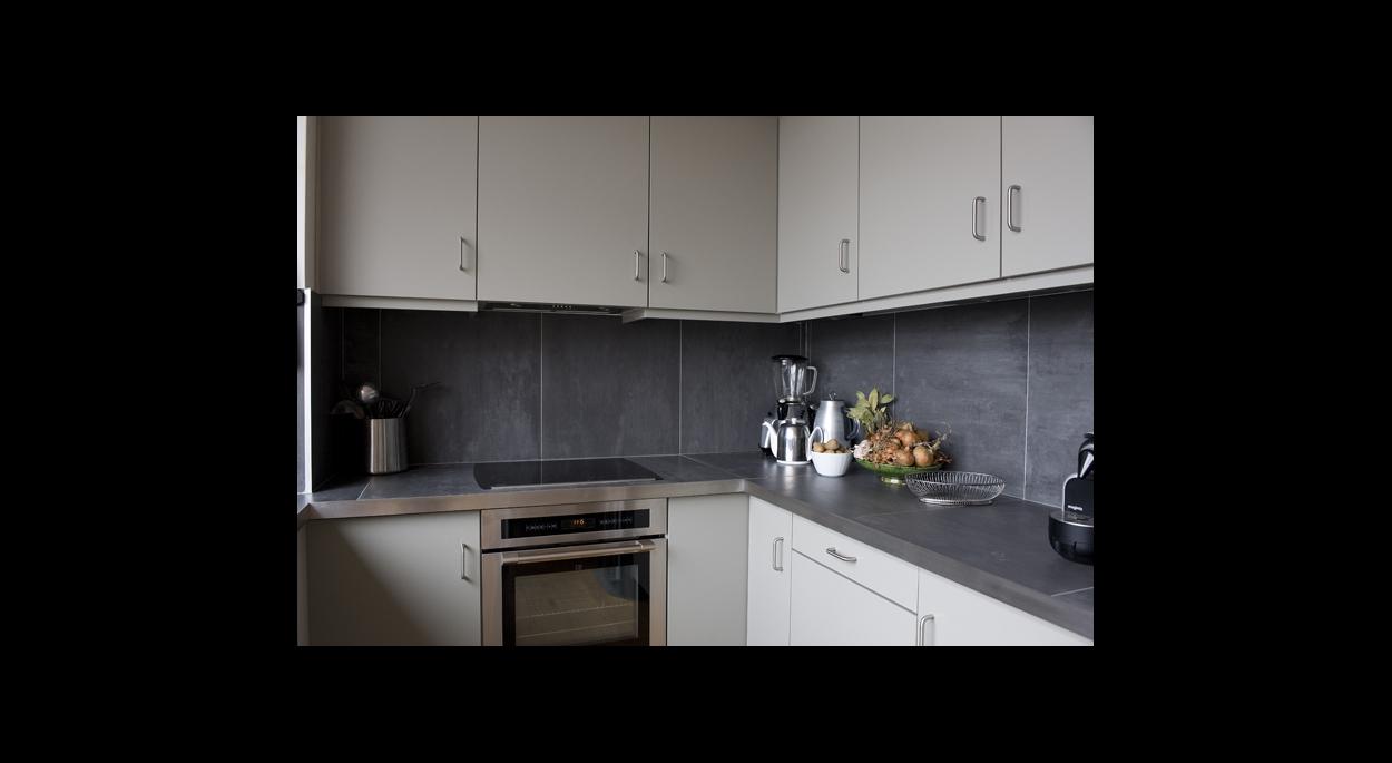 cuisine contemporaine, fonctionnelle, crédence gris anthrasite, cuisine ouverte blanche et plan de travail noir, contraste, hotte encastrées, électroménager,