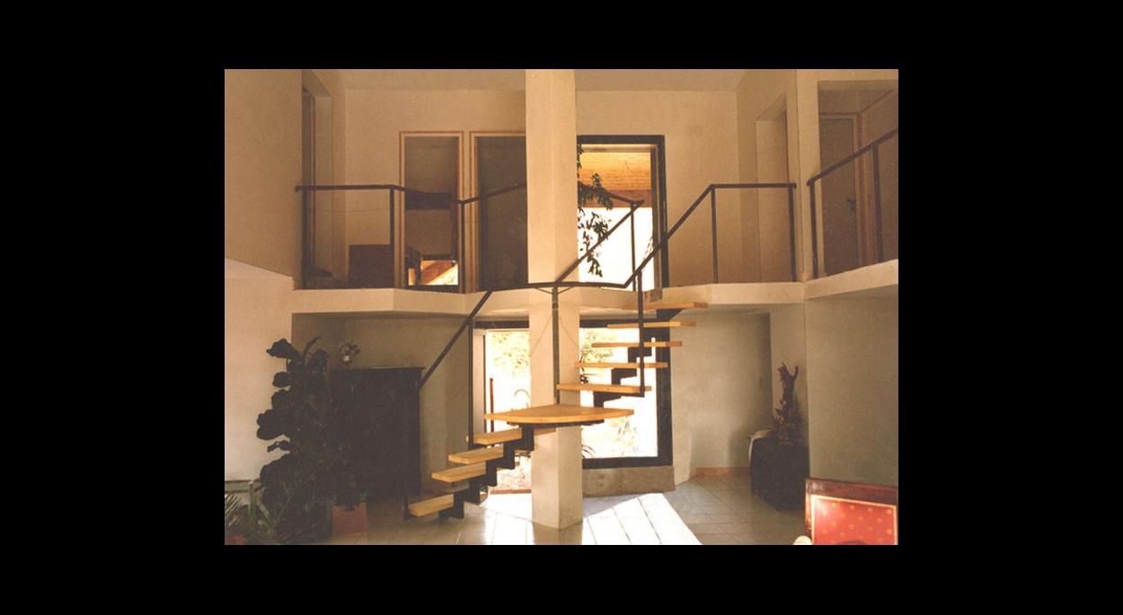 L'escalier qui définit l'espace entrée, s'enroule autour d'un poteau triangulaire