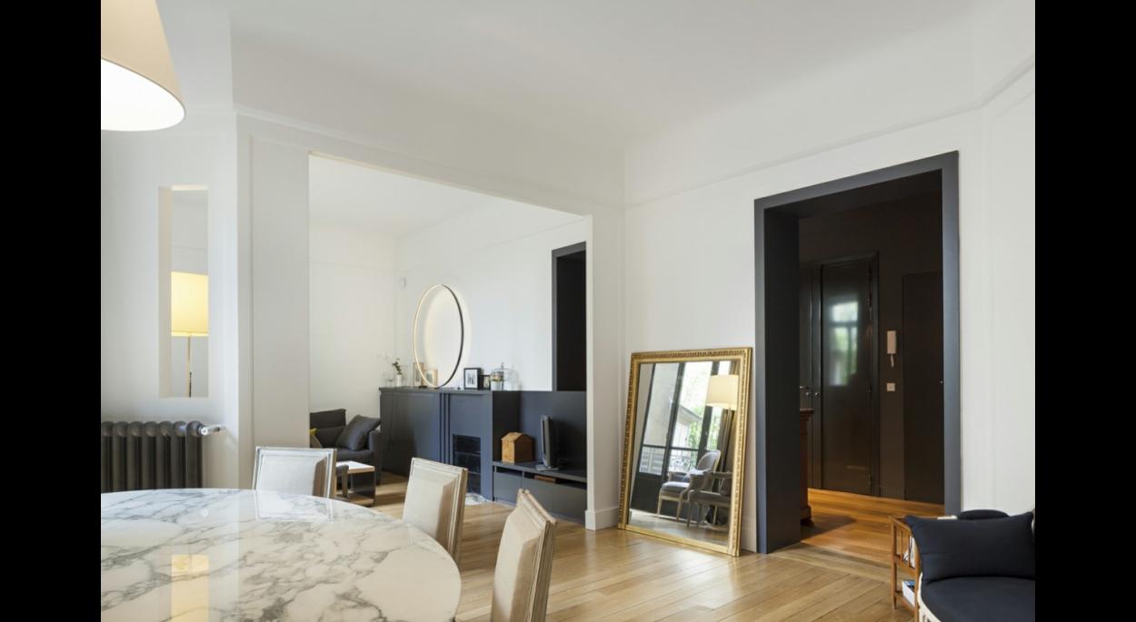 salle à manger vers entrée, salon, contraste, noir et blanc, sombre, sobre, contemporain, meuble de rangement, cheminée, banc, miroir