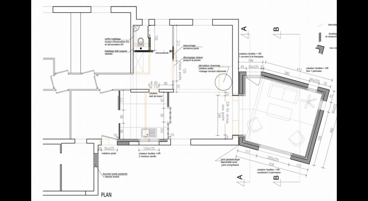 Dans ce projet, au lieu de réaliser une grande extension accolée à une maison des années 80 inchangée, en collaboration avec la maîtrise d'ouvrage nous avons préféré optimiser les espaces de circulation et modifier les articulations des pièces entre elles dans les surfaces existantes, répondant ainsi au style de vie d'une famille d'aujourd'hui.