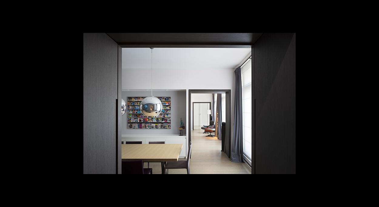 Espace salle à manger, passage de porte, porte camouflée,ouvertures, passage, contemporain, suspension, meubles de rangements