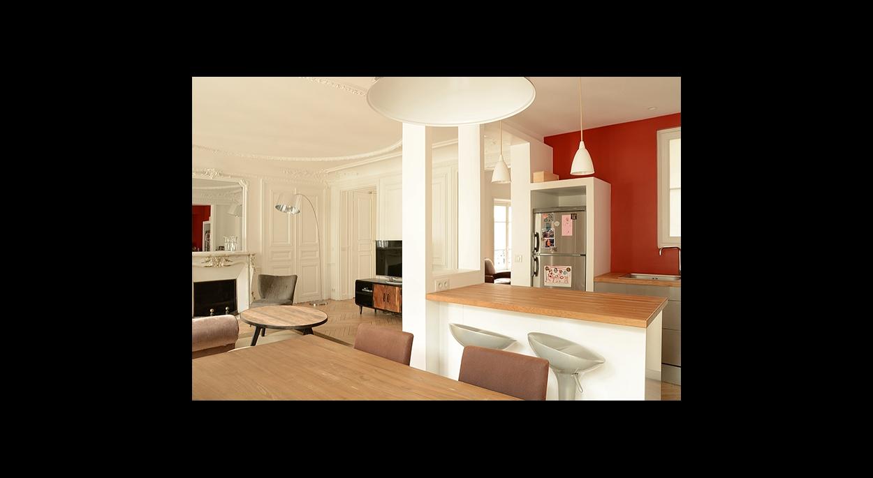 salle a manger sur cuisine, salon, entree, moulure au plafond,contraste couleur, rouge orange, mur d'accent, cuisine contemporaine, ouverte et fonctionnelle,
