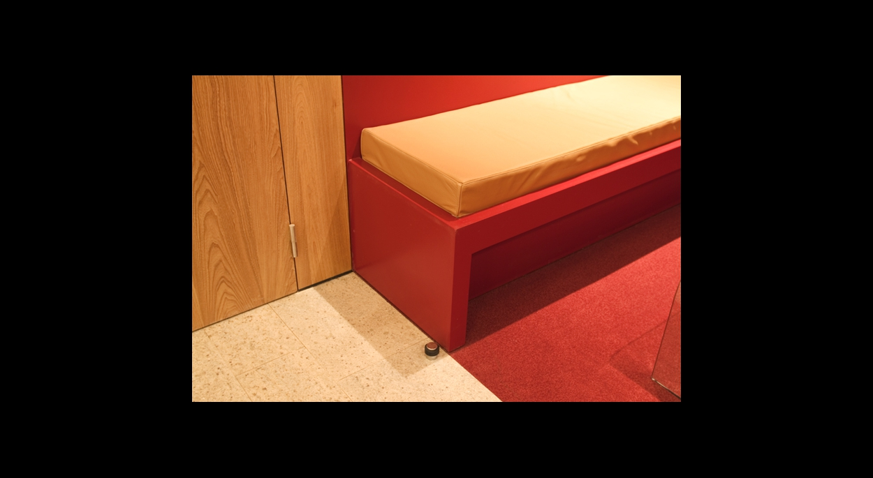 détail banquette couleur rouge, bois