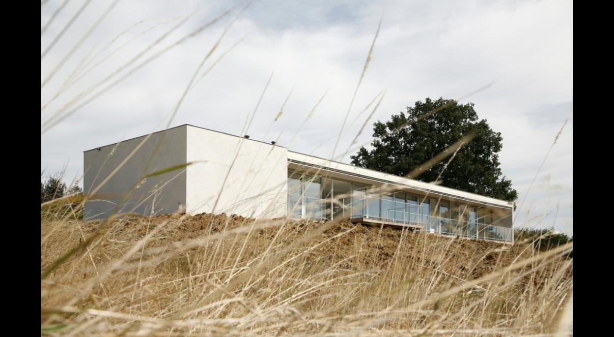 façade Sud vitrée et protégée par un débord de toiture. Ouverture sur le paysage