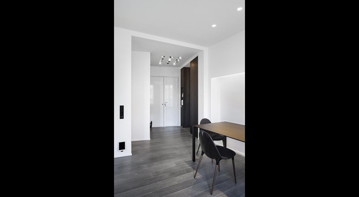 Salle à manger sur entrée, contraste, faux plafond, spots directionnels, entrée, mur d'accent, niche lumineuse, lumière indirecte, parquet,