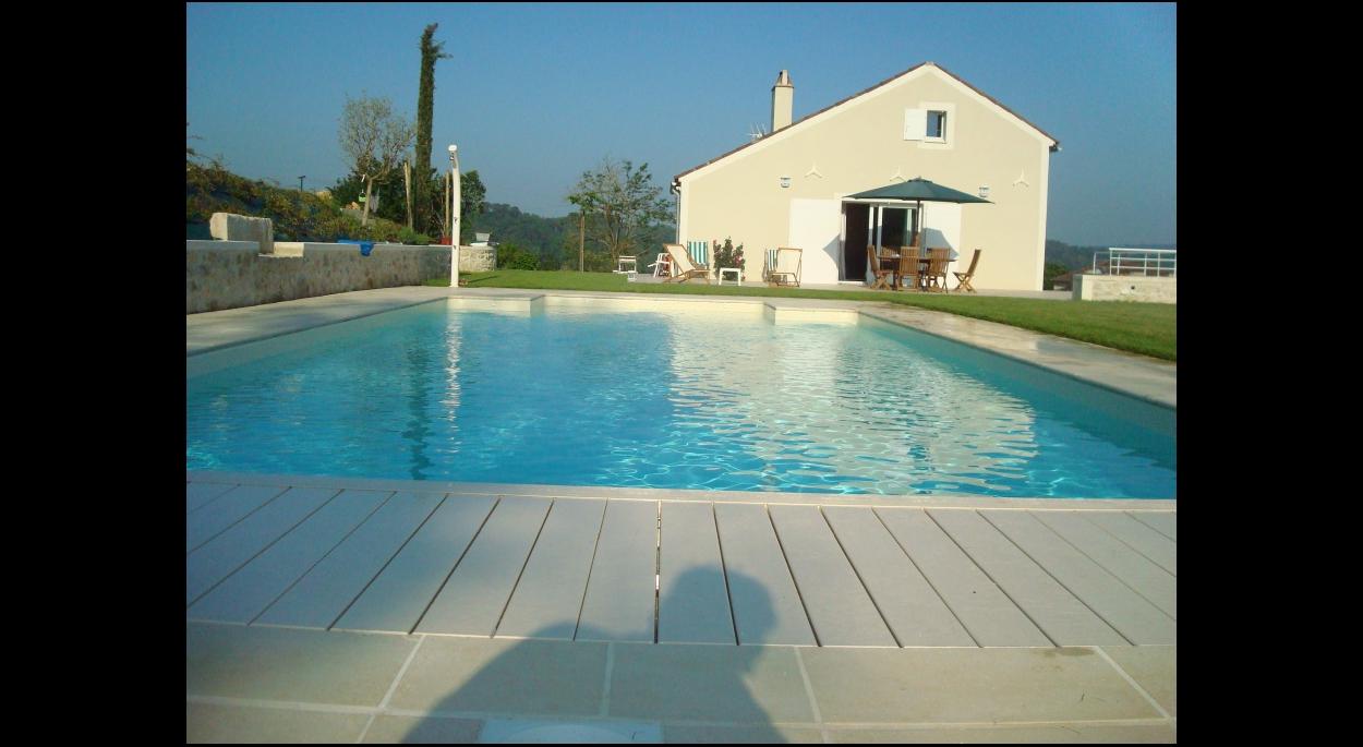 Vue sur la piscine et la terrasse