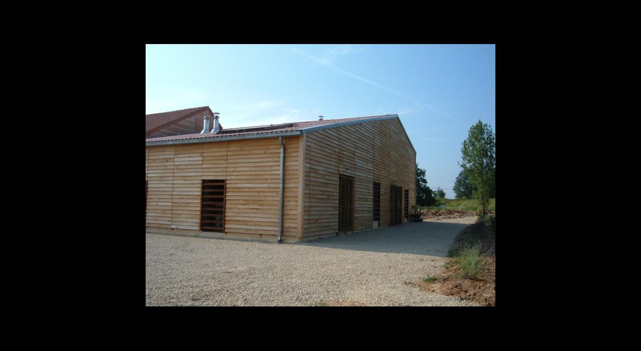 Bardage bois en châtaigner et panneaux solaires en toiture