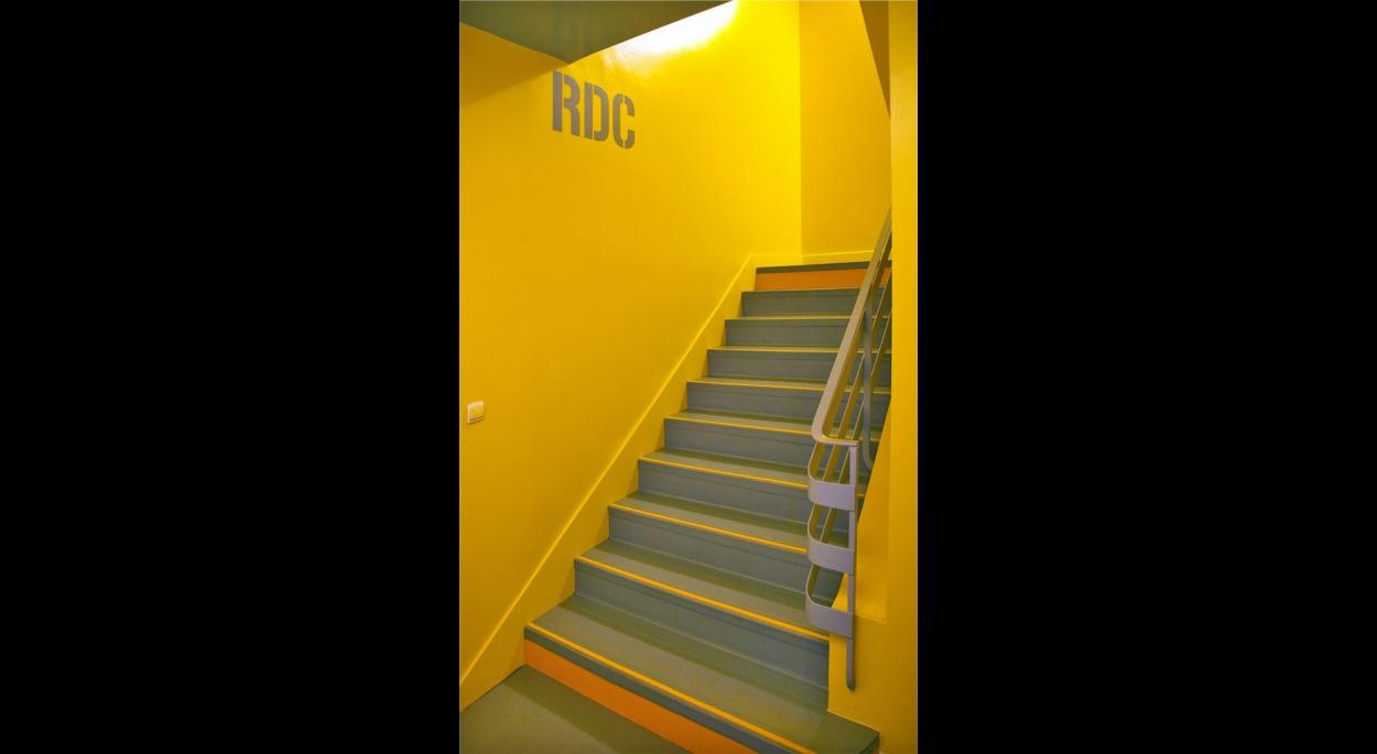 Escalier principal revu et corrigé : murs, sols et marches vifs et contrastés.