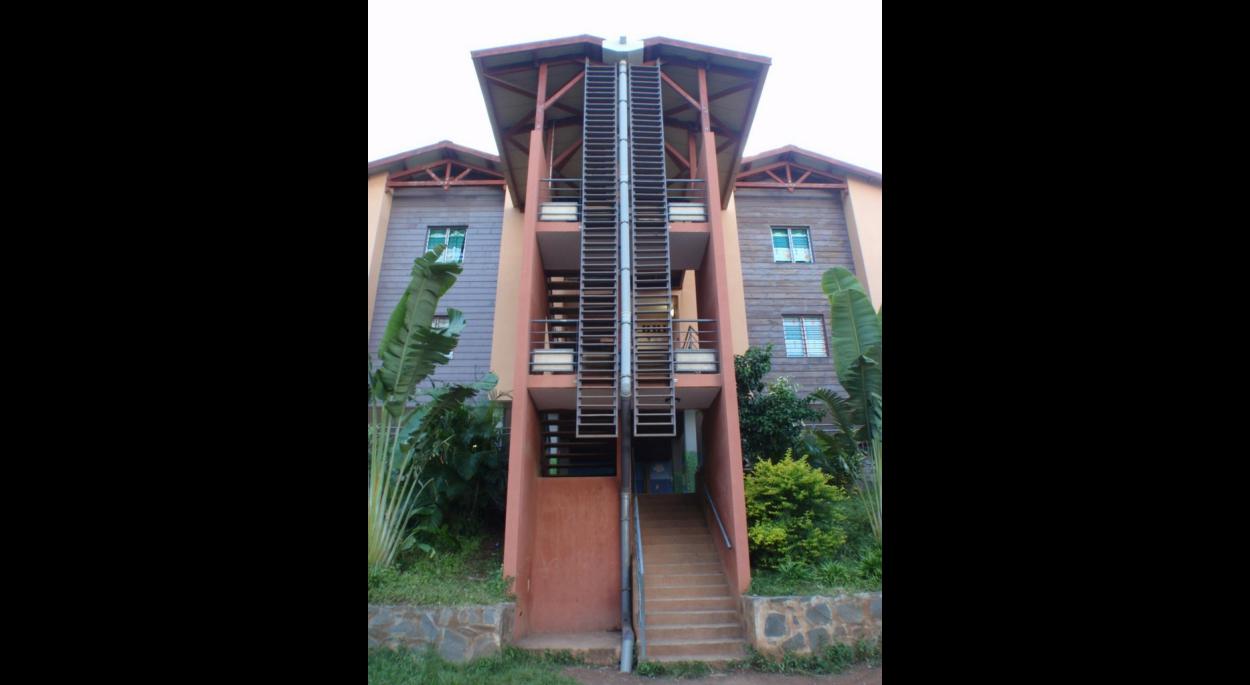 groupe scolaire de Koungou (20 classes) - vue de l'escalier qui dessert 8 classes