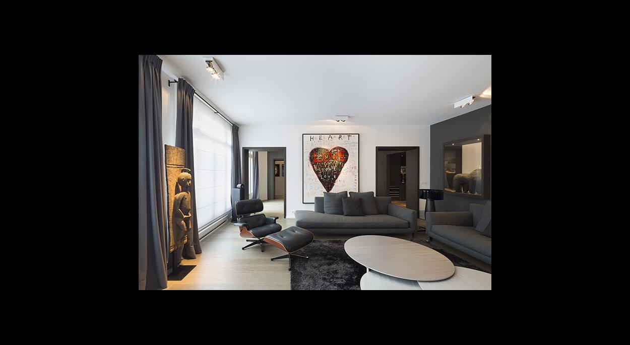 Espace salon, double ouverture, exposition d'oeuvre d'art, éclairage spot encastré directionnel, canapés, contemporain, convivial,table basse.