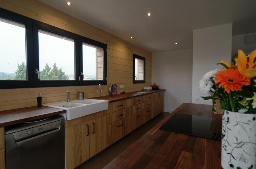 villa à ossature bois - Cuisine chaleureuse - Amélie Soriano Architecte