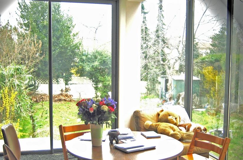 L'extension est reliée à l'ancienne maison par une bande vitrée qui laisse pénétrer le soleil à l'intérieur du séjour.