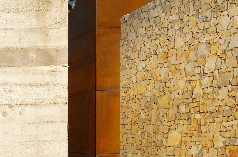 materiaux brutes : pierre, béton banché, acier