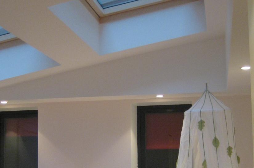 Transformée en chambre avec salle de bain, éclairée par deux grands velux en toiture. Une nouvelle chambre pour la famille agrandie.