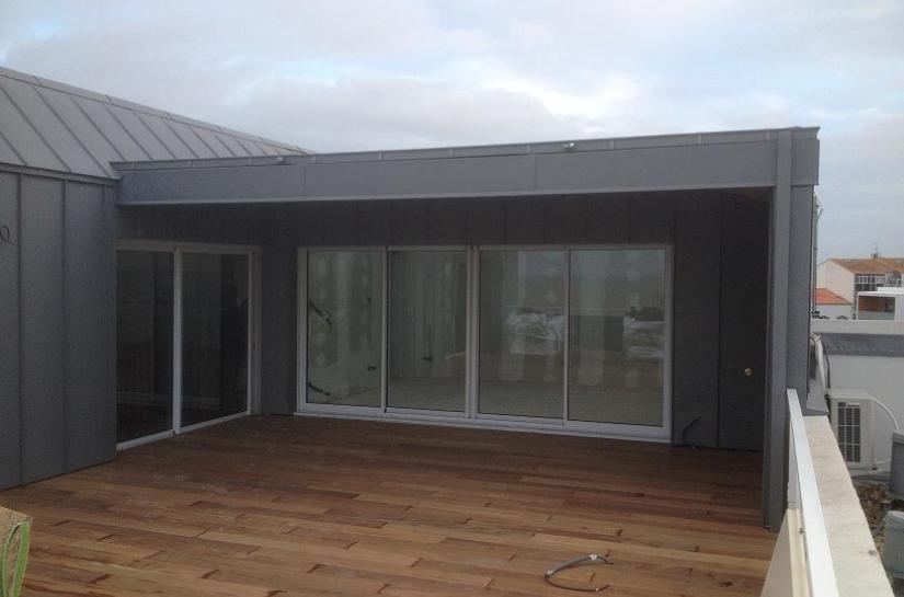 Extension sur toit d'immeuble avec terrasse bois