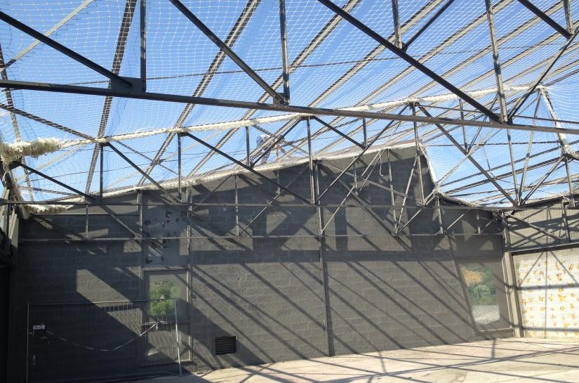 Vue de la charpente métallique existante, après dépose de la couverture amiantée, en attente de la nouvelle couverture bac acier isolé + étanchéité