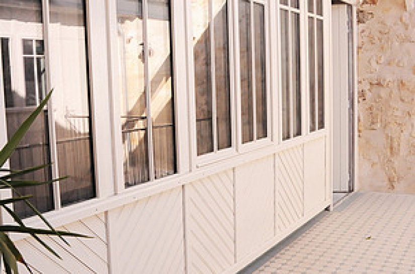 bardage bois en chevron et fenêtres bois