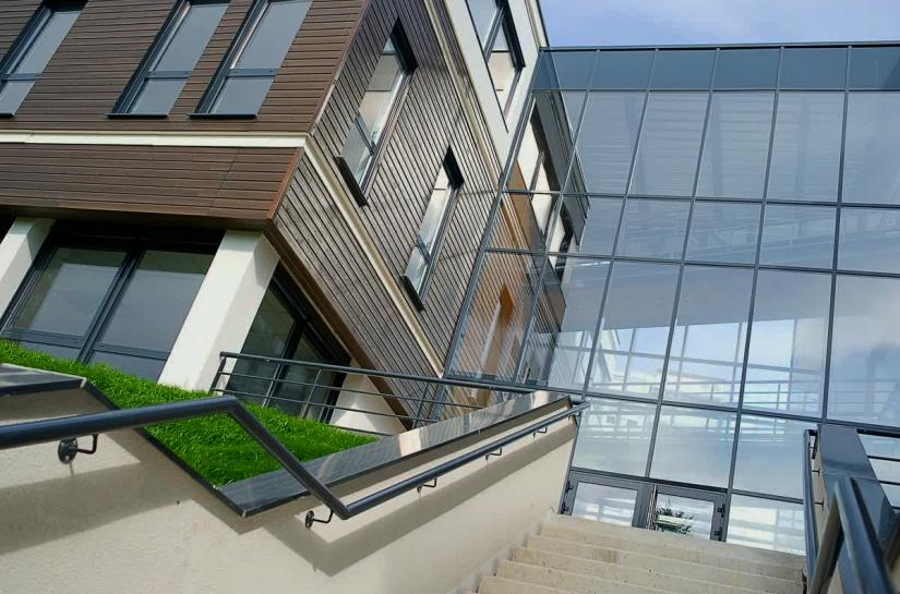 Construction HQE de deux immeubles de bureaux avec un commerce situé en zones franche à Saint-Etienne - Photo Balao