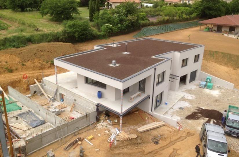 Toiture terrasse en attente végétalisation - espace piscine en cours de réalisation.