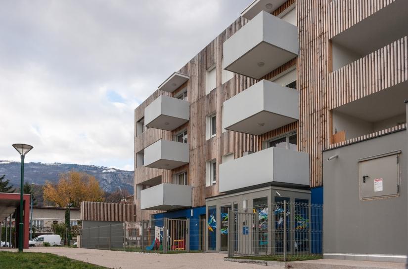 """Vue extérieure de la façade sud du bâtiment """"Arc en ciel""""."""