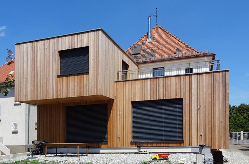 Extension d'une maison des années 60 par la construction en ossature bois de deux volumes comprenant salon, chambre et sdb. Projet et rénovation énergétique de l'existant certifié BBC. PRIX SPECIAL DU PALMARES REGIONAL DE LA CONSTUCTION BOIS / FIBOIS 2014
