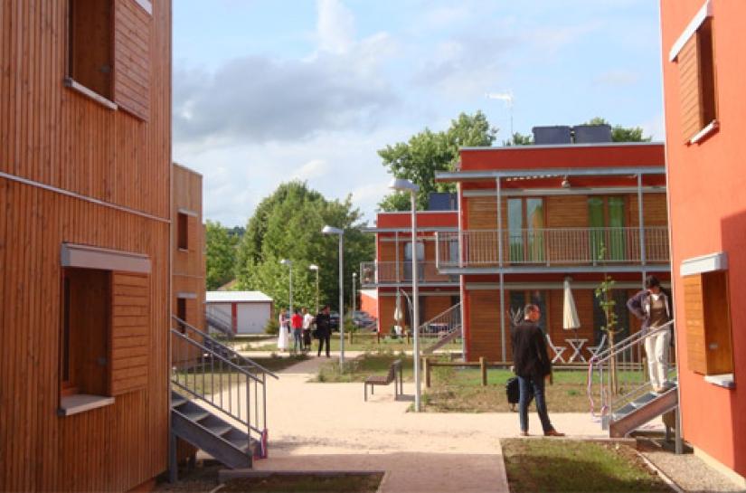 Un ensemble de bâtiments à 2 niveaux, BBC, en ossature bois dans un éco quartier - 1er bâtiment BBC certifié par Cerqual en Bourgogne - labels Effinergie , Habitat & Environnement - lauréat 2011 logements collectifs Approvalbois - prix coup de coeur...