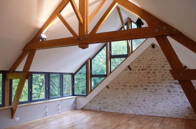 vue intérieure du salon-TV reconstruit extension en sur-élèvation sur une terrasse existante / charpente bois
