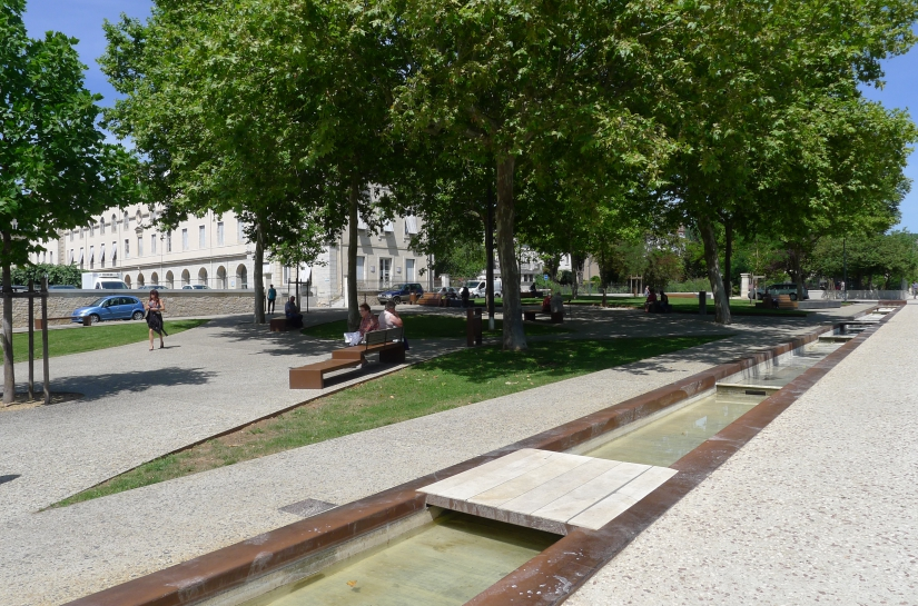 """Le """"canal"""" ligne d'eau en bordure de la promenade"""