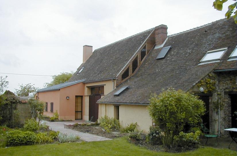 Extension vue de l'arriére / tuiles anciennes / fenêtres entre toit existant et extension
