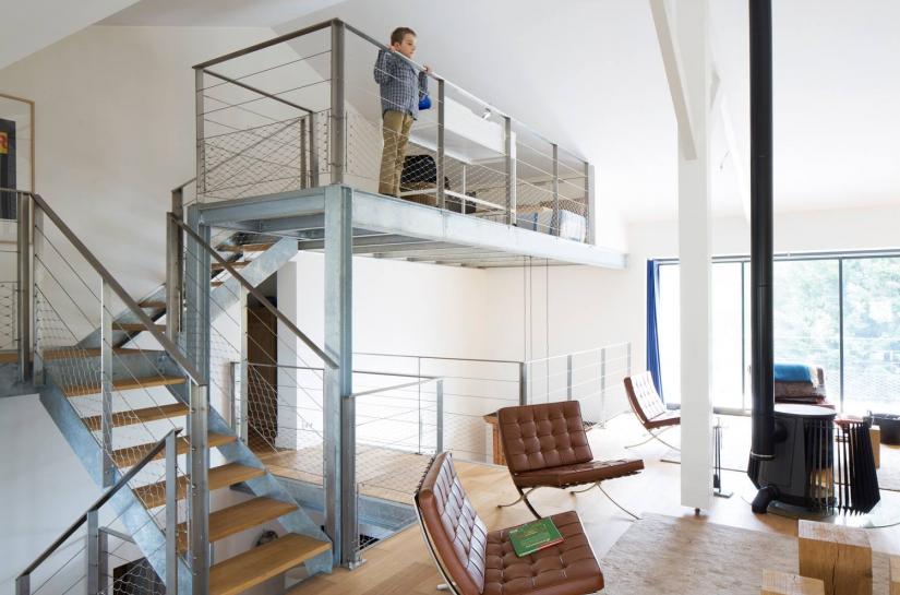La mezzanine intérieure crée un dortoir d'appoint pour les enfants. Benoit Bost Photographe. Projet Lacanau House / whyarchitecture