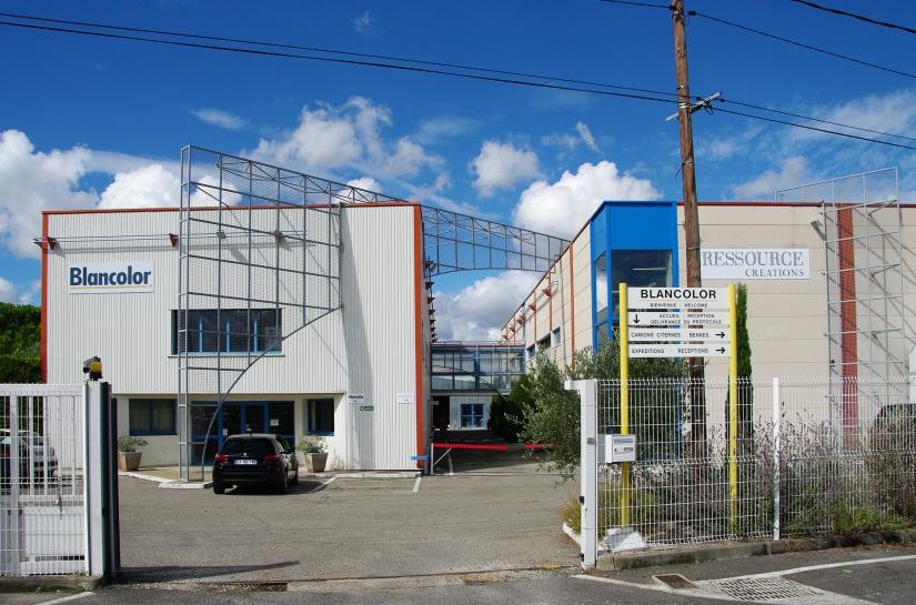 Façade principale Est avec l'entité administrative à gauche et l'usine à droite