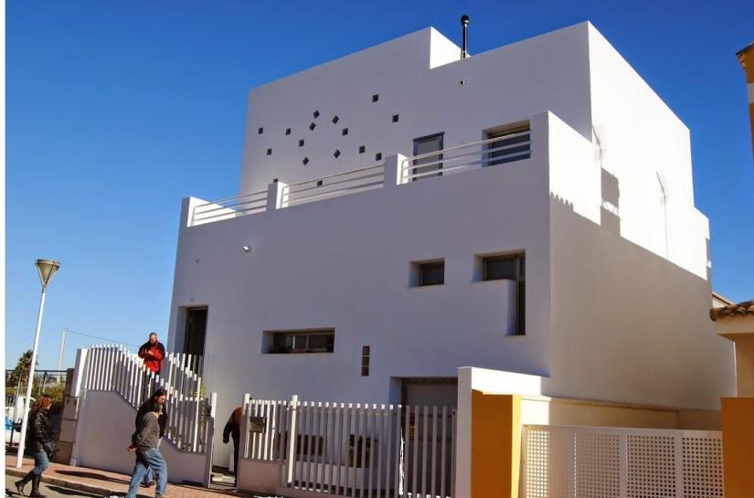 Construction de maison d'habitation de type cube. Toits terrasse et formes pures.