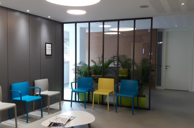 Salle d'attente lumineuse et fonctionnelle