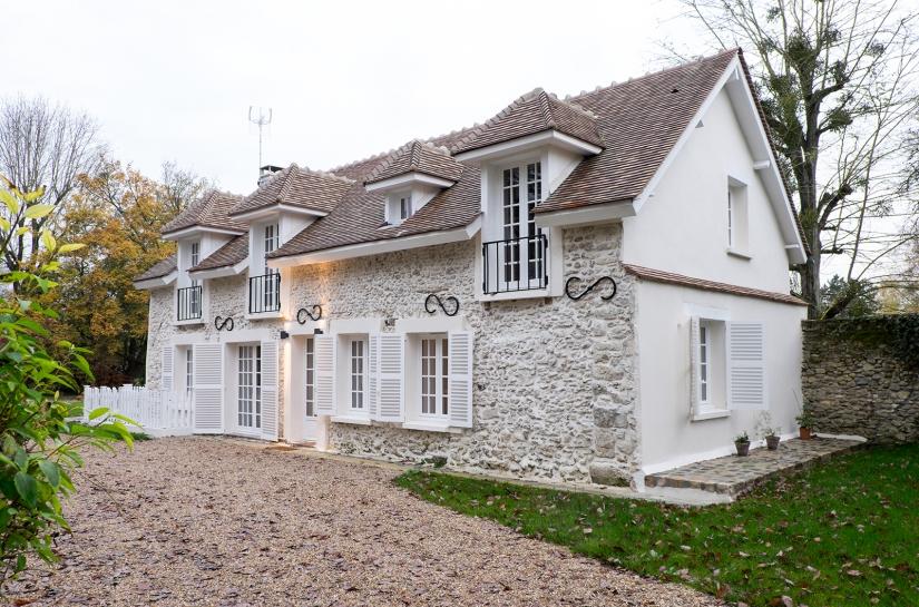 Vue extérieure maison avec pierres meulières apparentes