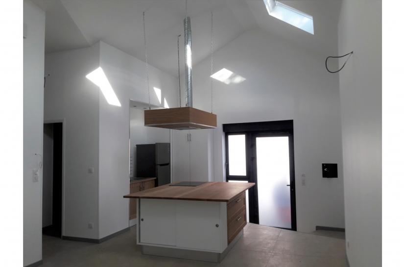Changement de destination d'un atelier en logement locatif. Formes pures couleurs blanc et anthracite.
