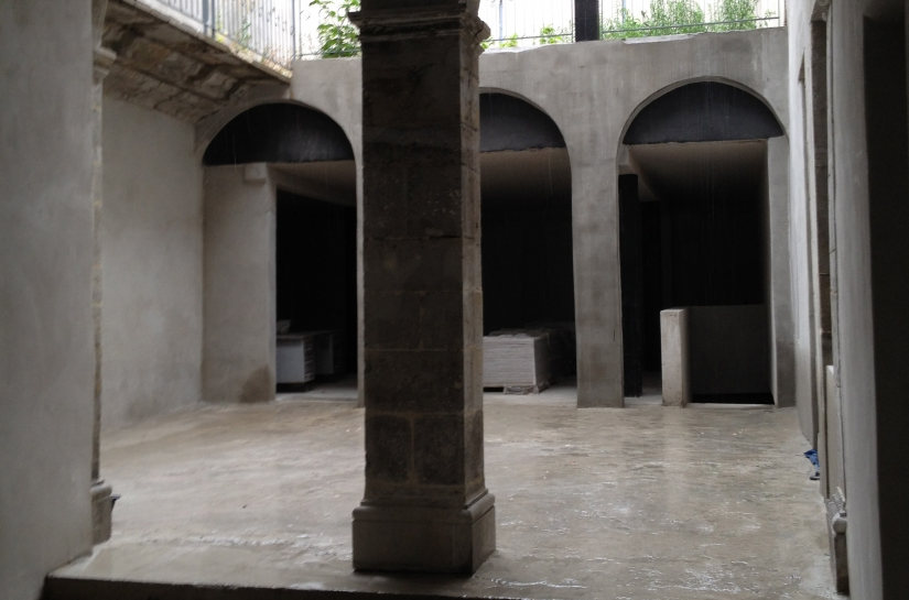 Réouverture de la cour (atelier boucherie) et dégagement et remise à neuf des arcs et piliers.