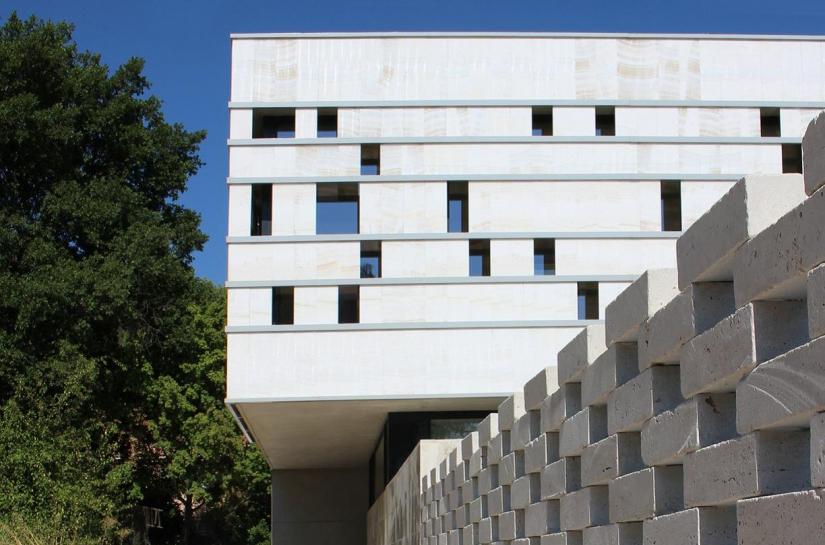 vue depuis l'entrée longeant le mur claustra de marbre