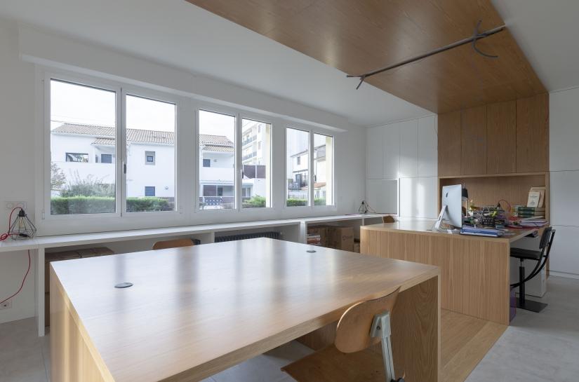 JRA Justine Reverchon Architecte - Aménagement d'un espace de bureaux, avec dessin du mobilier et serrurerie, pour un espace mixte en coworking.